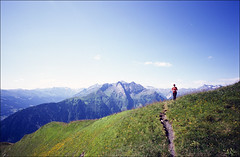 die Wiesenmaid (fluffisch) Tags: fluffisch hiking austria salzburgerland pinzgau rauris seidlwinkeltal carlzeiss biogon21mm zeissbiogon21mmf28 wide g21 g2 35mm negativ rangefinder messucher analog fuji fujichrome velvia velvia100f slide dia contaxg2 mountain berge bergsteigen reisrachkopf schwarzwand hirschkopf baukogl rosskopf fünfgipfeltour
