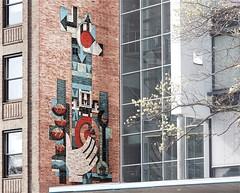 Kunst aan de muur (Roel Wijnants) Tags: ccbync roelwijnants roelwijnantsfotografie roel1943 kunst baksteen geglazuurd ontwerp kleuren jangoeting kunstenaar 2019 absoluteleythehague hofstijl wandelvondst wandelen fietsendenhaag thehague leesdegebruiksvoorwaarden cityilove
