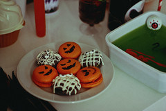Halloween, 2017 (TheJennire) Tags: photography fotografia foto photo canon camera camara colours colores cores light luz young tumblr indie teen adolescentcontent macarons 2017 food comida halloween party pumpkin detail 50mm sp sãopaulo brasil brazil