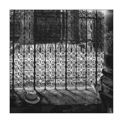 Nous sommes tous des pèlerins /  We are all pilgrims (Napafloma-Photographe) Tags: 2018 architecturebatimentsmonuments bandw bw détailsarchitecturaux edificesreligieux fr france géographie métiersetpersonnages personnes techniquephoto abbaye blackandwhite chapeau grille monochrome napaflomaphotographe noiretblanc noiretblancfrance photographe conques aveyron pèlerin