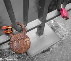 Der_Sekretaer_2019-04-12_04 (der Sekretär) Tags: bügelschloss cuxhaven detail deutschland eigenschaften eisen geländer germany liebesschloss lowersaxony metall niedersachsen objekte rost stahl vorhängeschloss alt beschädigt broken closeup defect defekt degenerated downandout heruntergekommen iron kaputt lovelock marode metal old outoforder padlock railing rostig rust rusty scruffy shabby stain steel vergammelt verrostet