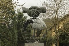 Monumento al hermanamiento (Txaro Franco) Tags: oñate escultura hermanamiento manos estrecharmanos tierra latierraboladelmundo áfrica