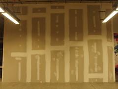 ›Kunst‹ an der Baustelle (mkorsakov) Tags: dortmund hbf bahnhof mainstation baustelle constructionsite wand wall istdaskunstoderkanndasweg wtf neonlicht neonröhre neonlight