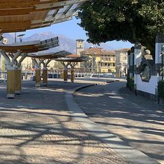 (Paolo Cozzarizza) Tags: italia lombardia brescia pisogne acqua riflesso scor ombra strada alberi muro