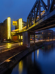 IMG_4996 (Calabrones) Tags: mignonbergeroswald deutschland berlin bvg zug gelb blauestunde bewegung langzeitbelichtung regen brücke bvgberlin landwehrkanal ubahn abend gleisdreieck technikmuseum