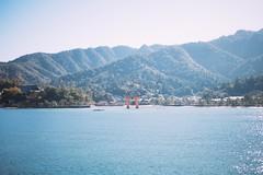 宮島 (Ming Yam) Tags: 宮島 miyajima hiroshima japan sea blue sky mountain ferry 渡輪 日本 廣島 広島 travel landscape center 35mm distagont235 canoneos5dmarkii 2019 january