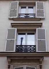 Fenster (wpt1967) Tags: eos6d fassade februar2019 fenster fensterläden france frankreich gebäude montmartre paris verzierung shutters windows wpt1967