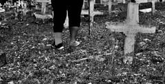Título del escrito ~ ... visito muertos ajenos~Foto por DRR (ForeverAileen) Tags: piecaído afo cementerio mafo escribir