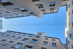Blauer Himmel über Berlin (Sockenhummel) Tags: himmel azur blau hinterhof hof haus gebäude oben architektur heckmannhöfe mitte oranienburgerstrasse fuji x30 froschperspektive