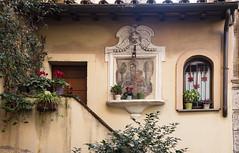 la casa in Trastevere... (Renato Pizzutti) Tags: lazio roma trastevere casa fiori scala finestre facciata nikond750 renatopizzutti
