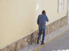 Caminant amb l'amic i el mòbil (salvat1946) Tags: amic personantge gos mobil
