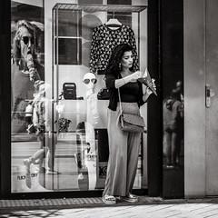 having a snack (Gerard Koopen) Tags: nederland amsterdam city capital urban straat street straatfotografie streetphotography streetlife fashion snack woman beautiful reflections sunglasses window bw blackandwhiteonly blackandwhite noir sony songalpha a7iii gerardkoopenphotography gerardkoopen