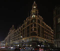 Sale (Hemzah Ahmed) Tags: harrods knightsbridge london sale shopping shop shops oldbromptonroad architecture londonarchitecture londonbuildings londonist londonbylondoners londonatnight nightscape nighttime nightimages nightlife night nighttimeinlondon lights light