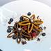 Nachspeise mit Heidelbeeren, Himbeeren und Schokolade mit schönem Gebäck in Blütenform