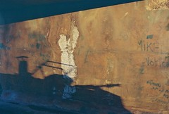 Go Wi' Flow, Wiltshire, April 2016 (Mano Green) Tags: shadow boat canal bridge light graffiti april spring 2016 canon eos 300 40mm lens lomography colour negative 400 35mm film