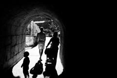 shadow 2 (nicolas-7878) Tags: blackwhite bw baby nikon nikond5500 noiretblanc nb nikonpassion backside people personne noir blanc lumière kid mother mum tunnel extérieur outdoor ombre shadow cinematic scène zoo