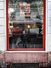 ... (ángel mateo) Tags: ángelmartínmateo ángelmateo budapest hungría ventana escaparate bar cafetería restaurante mujer ordenador reflejos toros torero calle window showcase cafe restaurant reflections bullfighting street bullfighter woman