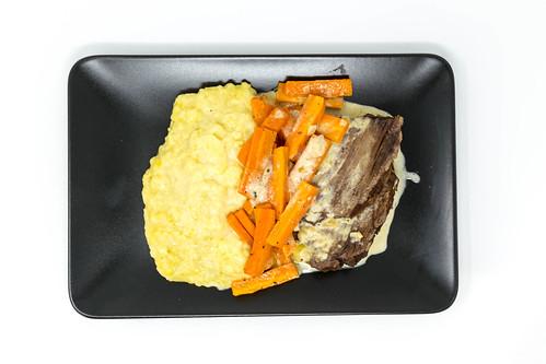 Blick von oben auf Tafelspitz, als Beilage Kartoffelpüree und Karotten in weißer Soße