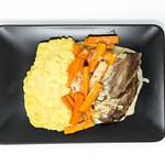 Blick von oben auf Tafelspitz, als Beilage Kartoffelpüree und Karotten in weißer Soße thumbnail