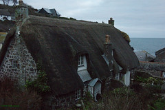 3KB11383a_C (Kernowfile) Tags: pentax cornwall cornish sea waves rocks water cadgwith cottage thatch thatchedcottage garden bushes trees roofs cottages