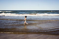 Greg (Barcoborracho) Tags: mar agua niño boy sea wave run kids