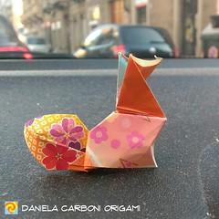"""""""Volpe"""" Modello creato a dicembre 2018 e gennaio 2019. Carta da origami decorata bicolore, lato 7,5 cm. Versione primaverile piegata qualche giorno fa. -------------------------------------------- """"Fox"""" Model created between December 2018 a d January 2019 (Nocciola_) Tags: volpe paperart fox cartapiegata createdandfolded papiroflexia paperfolding originaldesign danielacarboniorigami paper origami"""