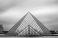Parimyds (frank_w_aus_l) Tags: paris louvre muséedulouvre museum architecture monochrome sw bw schwarzweis nikon d800 nikkor 2470 longexposure sky city france fineart îledefrance frankreich fr pyramid geometry