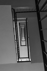 Perspective tout en contraste (Rudy Pilarski) Tags: nikon tamron 2470 bw thebestoffnikon thepassionphotography nb noiretblanc blackandwhite blancoynegro monochrome structure staircase structura structurale escaliers contreplongée contraste lookup urban urbano urbain laville capitale banlieue city ciudad gris france francia europe europa d7100
