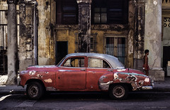 01_1 klein (1 von 1) (Thomas Weiler Fotografie) Tags: cuba malecón old pasttimes retro street streetphotography travel car oldtimer rusted decadent slide analog columns peopl