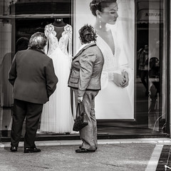 dreaming (Gerard Koopen) Tags: malaga spain espana straat street straatfotografie streetphotography city candid streetlife blackandwhiteonly blackandwhite noir people woman women beautiful beauty dreaming fashion weddingdress urban sony sonyalpha a7iii 85mm zeiss batis 2019 gerardkoopen gerardkoopenphotography