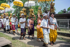 (kuuan) Tags: voigtländerheliarf4515mm manualfocus mf voigtländer 15mm aspherical f4515mm sonynex5n nex5n superwideheliar bali indonesia purapenataransasih pejeng odalan temple festival balinese ceremony procession ceremonialumbrella laugh biglaugh teeth