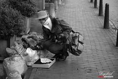 Morgenster /  Dumpster diving. (Digifred.nl) Tags: digifred 2019 nikond500 amsterdam nederland netherlands holland iamsterdam straat street city grachten streetphotography dumpsterdiving morgenster vuilnis garbage bw monochrome