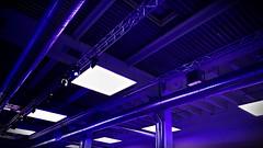 Wenn ein Arbeitgeber selber blau macht (Maquarius) Tags: blau vogel convention center würzburg mainfranken unterfranken franken decke rohre leuchten