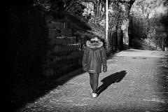 OKSF 250 (Oliver Klas) Tags: okfotografien oliver klas street streetfotografie streetphotography strassenfotografie streetart streetphotographer streetphoto stadtleben streetlife streetculture urban kinder children kids klein jugendlich jugendliche kleinkind kind kleinkinder baby babys heranwachsende jung junge mädchen teen jugend ersonen people menschen persons volk familie angehörige bewohner bevölkerung leute europäer mann frau gesellschaft menschheit mensch völker schwarzweis schwarzweissfotografie blackandwhite monochrom farblos abstrakt dunkel hell grau schwarz weiss black white sw schwarzweiss de