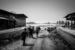Embarking, Laos (pas le matin) Tags: people tourists touristes gens sky ciel bateaux boats travel voyage world backpack laos lao asia asie southeastasia nb blackandwhite bw noiretblanc canon 7d canon7d canoneos7d eos7d monochrome siphandon 4000îles 4000islands mekong fleuve rivière river