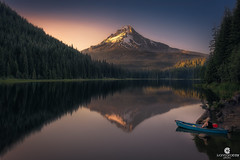 Sun goes down at Trillium Lake and Mount Hood (3429 m) - Mount Hood National Forest (Clackamas County, Oregon, US) (Juan María Coy) Tags: trilliumlake mounthood clackamascounty mounthoodnationalforest oregon usa reflection reflejo water agua sunset atardecer landscape paisaje mountains montañas turismo tourist tourism canon5dmarkiv canon irixblackstone15mmf24 montaña mountain cielo puestadesol roca arena
