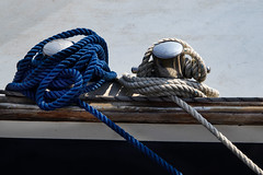 Tau in blau (und weiss) (bhermann.hamburg) Tags: tau blau weiss blue white rope schiff boat lines
