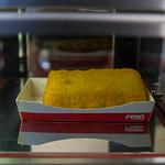 Niederländisches Kaassoufflé, frittierter Teig gefüllt mit geschmolzenem Käse in Snackautomat thumbnail