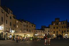Piazza dell' anfiteatro (ponzoñosa) Tags: lucca toscana night noche nocturna terraza arena anfiteatro casa italia italy marenostrum