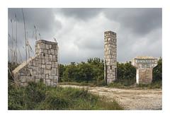 LA CLOSA (Vicent Granell) Tags: granellretratscanon paisatge porta camp verd mirada visió percepció personal