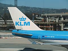 KLM 747-406 PH-BFN (kenjet) Tags: klm klmroyaldutchairlines boeing 744 747400 747406 phbfn cityofnairboi airplane jet aviation airline airliner kl blue flugzeug sf sfo ksfo sanfranciscointernationalairport ramp arriving arrival tail jumbo queenoftheskies