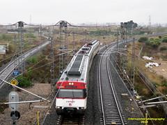 Tren de Cercanías de Renfe (línea C-1 ó C-2) a su paso por VALENCIA (fernanchel) Tags: adif spain renfe valencia cercanias rodalies поезд bahnhöfe railway station estacion ferrocarril tren treno train c2 c1