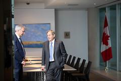 Premier/premier ministre Higgs with/avec Ambassador/l'ambassadeur MacNaughton
