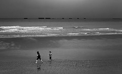 Normandie (‹ Wim ›) Tags: wimgoedhart beach children play normandie france black