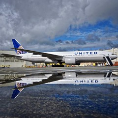 United Airlines 1995 Boeing 777-200 N777UA c/n 26916 after the rain. San Francisco Airport 2019. (planepics43) Tags: unitedairlines unitedexpress boeing 777 777200 n777ua 26916 aviation aircraft airplane airport pilot planes planespotting plane 17crossfeed claytoneddy landing lufthansa sfo sfoov sanfranciscoairport southwestairlines deltaairlines americanairlines tower taxi takeoff transportation