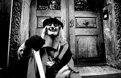 000938 (la_imagen) Tags: sw bw blackandwhite siyahbeyaz monochrome street streetandsituation sokak streetlife streetphotography strasenfotografieistkeinverbrechen menschen people insan lindau lindauimbodensee swabianalemannicfastnacht schwäbischalemannischefastnacht fasnet fastnacht fasching karneval carnival mask fool door olddoor