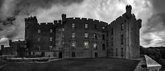 dunvegan castle 3a swc 5p (Bilderschreiber) Tags: dunvegan castle burg schloss weitwinkel wide angle panorama sw bw schwarzweis black white colour isle skye