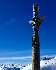 Ski like an Indian ... (Navis06) Tags: cime wood bois indien totem blue bleu sky ciel ski savoie montagne white blanc snow neige