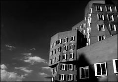 Gehrys (Logris) Tags: sky himmel gebäude architektur architecture gehry dus düsseldorf dusseldorf fenster windows sw bw einfarbig monochrom monochrome