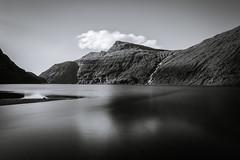 (Rene Wieland) Tags: färöer bnw monochrome longexposure coast saksun fjord atlantic ocean water waterfall calm canon6d tranquillity mountains landschaft landscape